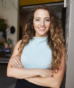 californianas: mulher com longos cabelos com californianas