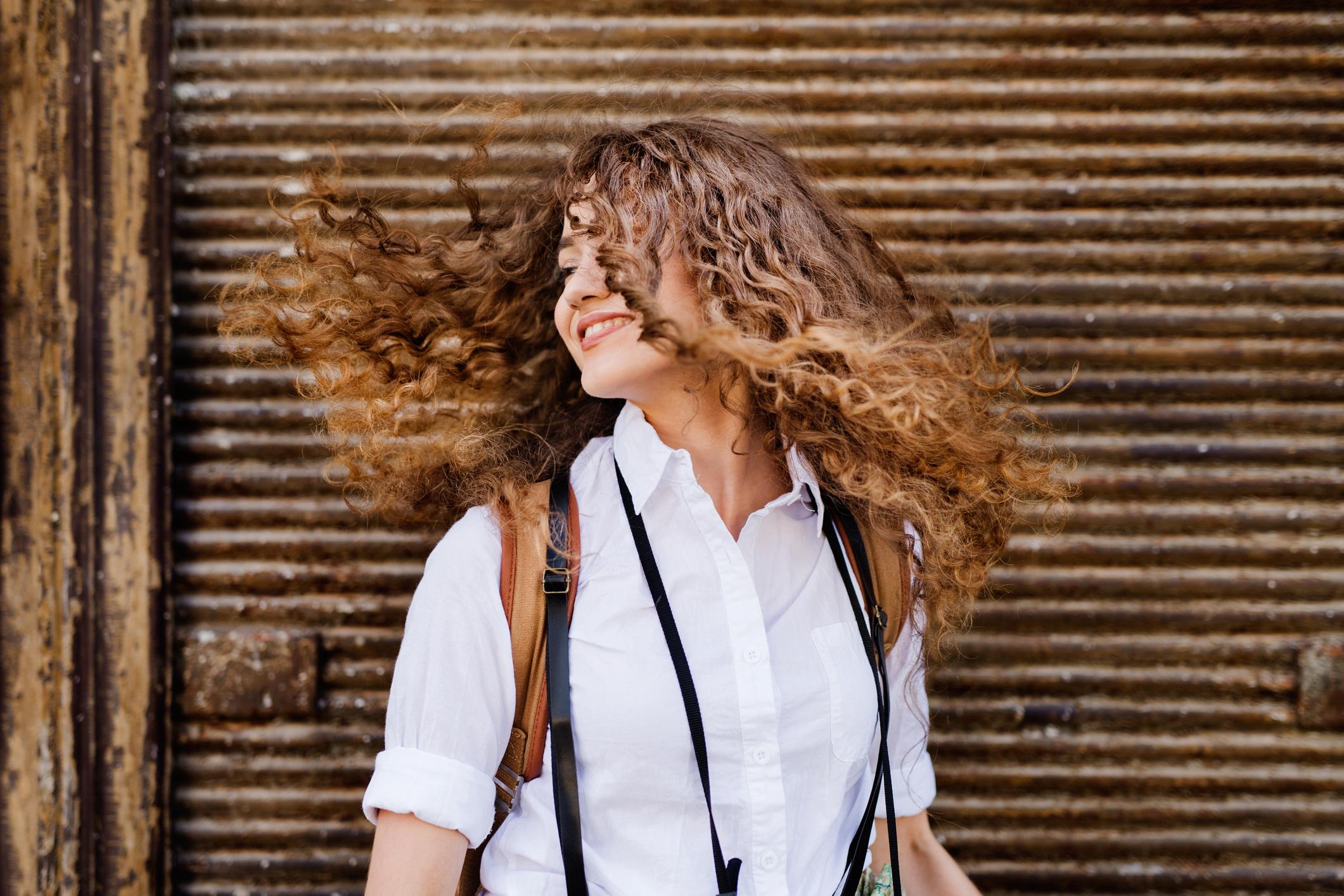 óleo de coco, mulher com os cabelos bonitos e hidratados