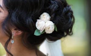 penteado coque com flor branca
