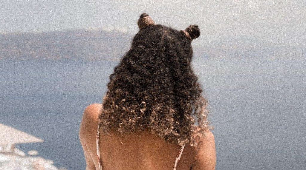 Mulher de cabelo cacheado com californiana