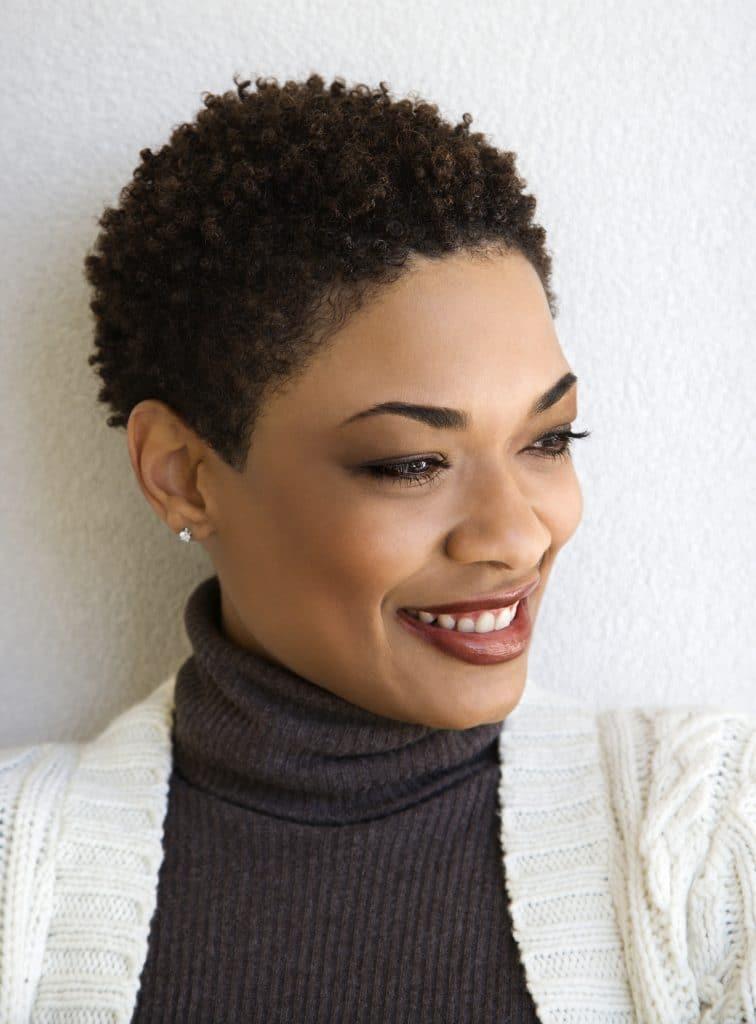 mulher negra com cabelos curtinhos