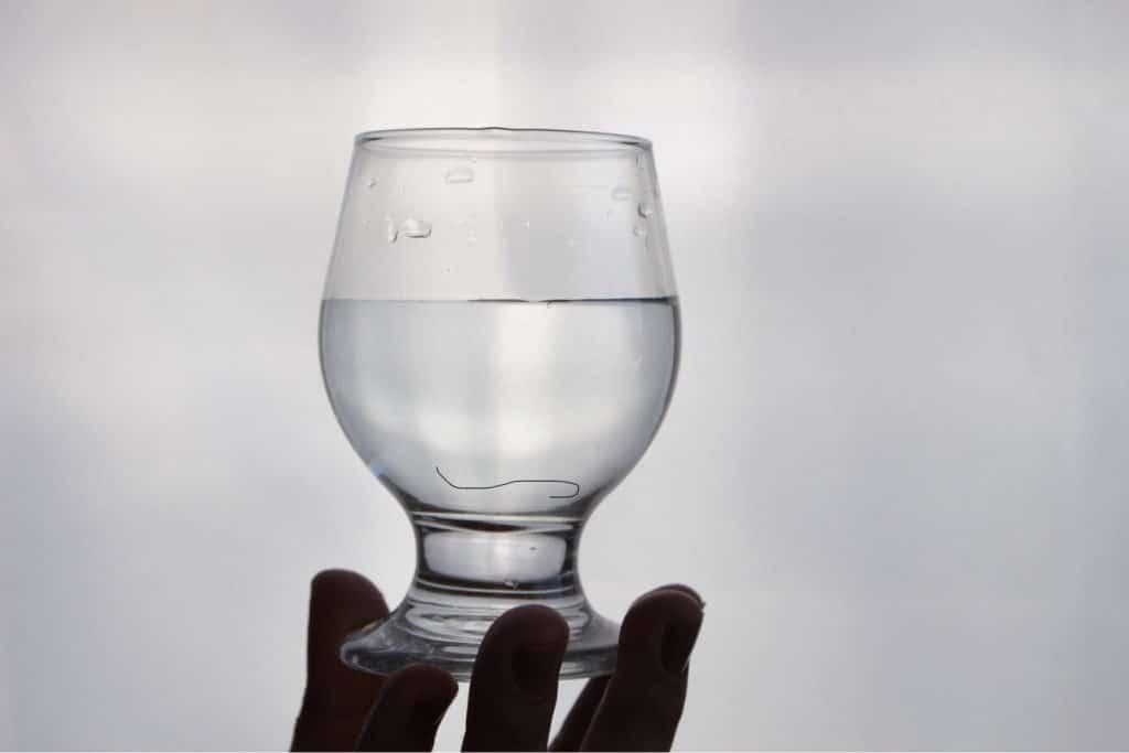 Copo de vidro com fio dentro no fundo do copo