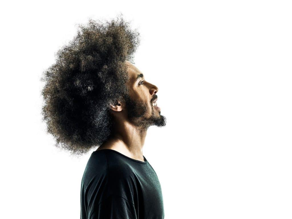 homem com estilo de corte de cabelo masculino