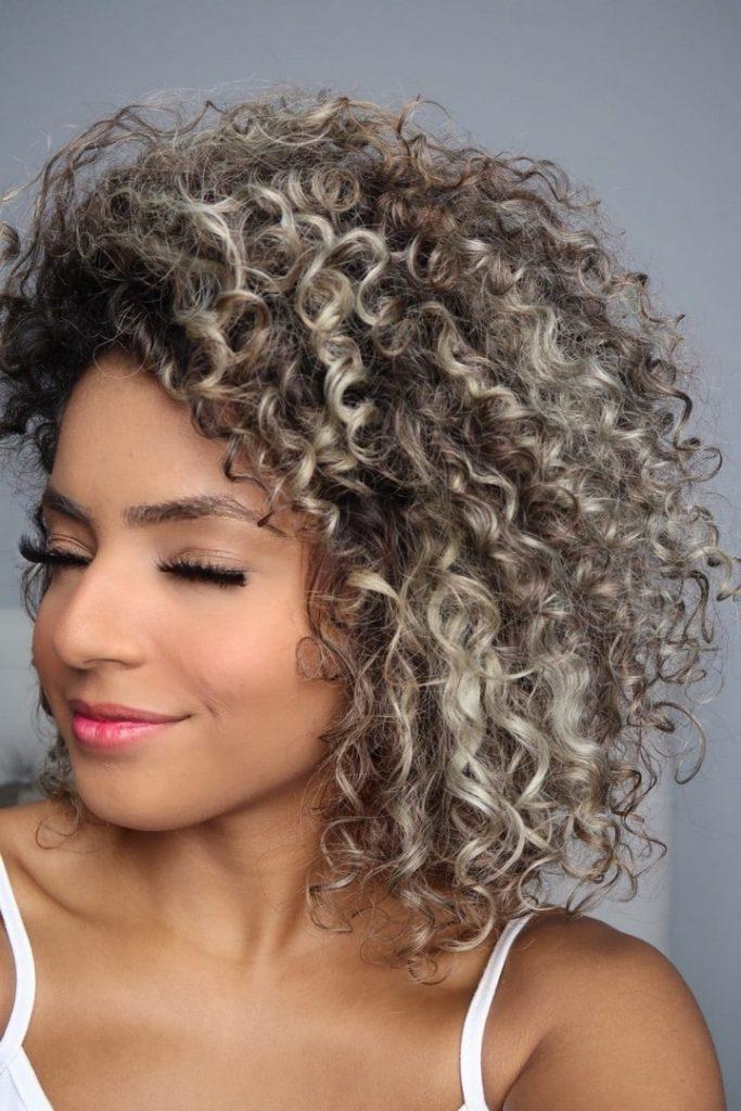 youtuber Bruna Ramos com cabelo curto cacheado