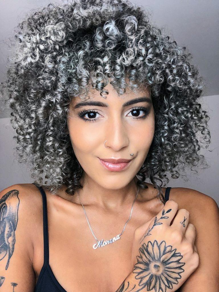 youtuber Mari Morena com cabelo curto cacheado