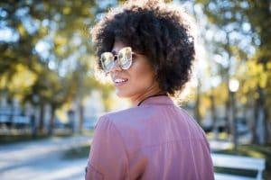 Mulher com cabelo cacheado curto