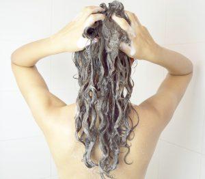 lavar cabelo cacheado