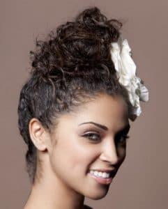 Mulher de cabelo cacheado de coque com acessório