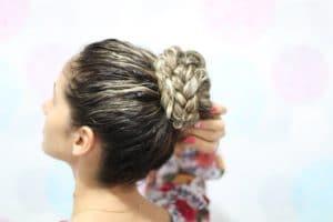 coque com trança em cabelo cacheado