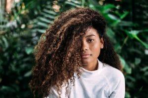 mulher negra com cabelo cacheado longo