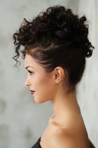 Mulher de cabelo cacheado curto preso
