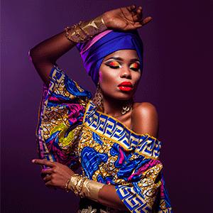 mulher negra com lenço no cabelo