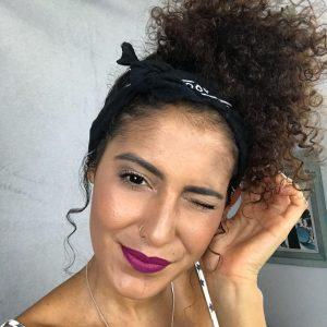 mulher com lenço nos cabelos cacheados