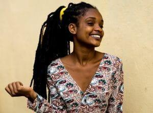 mulher negra com lenço nos cabelos