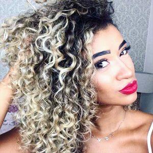 loiro platinado em cabelos cacheados