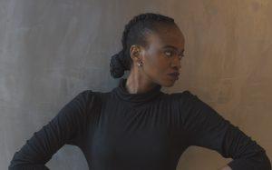 mulher negra com penteado preso