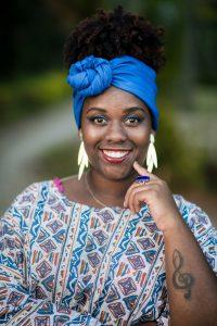 mulher negra com acessório no cabelo