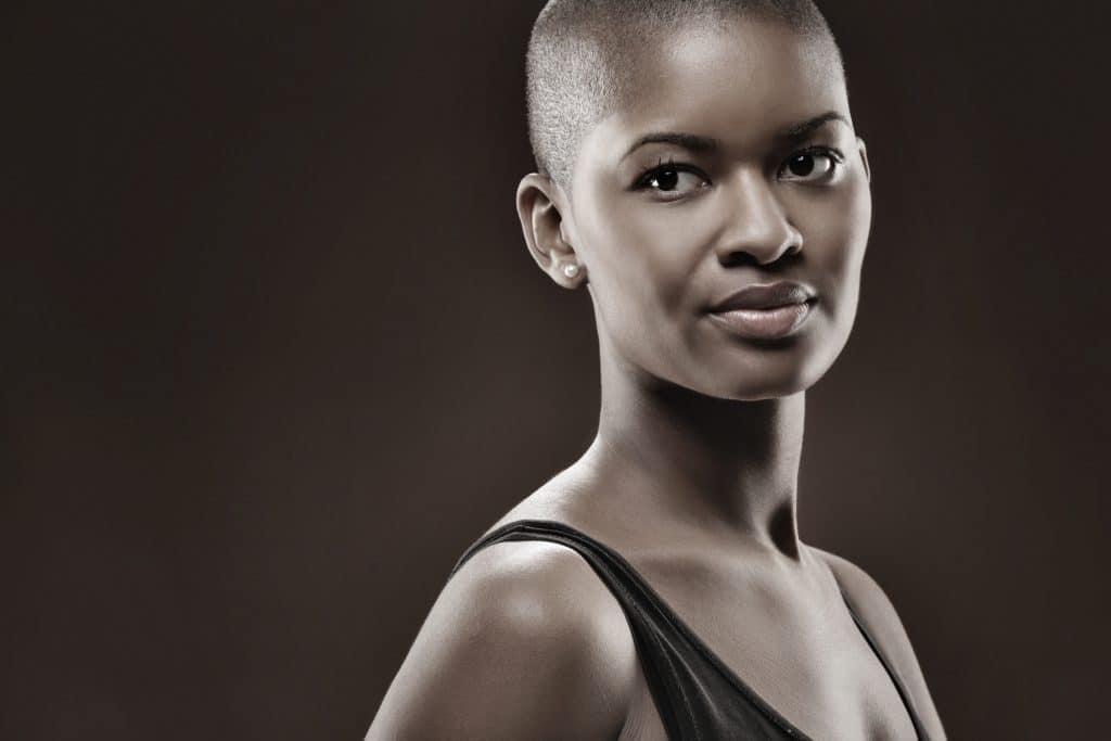 mulher negra com cabelos totalmente raspados