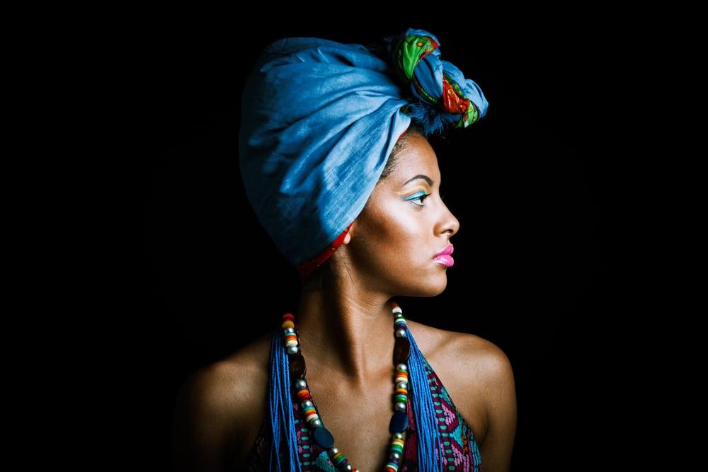 mulher negra usando turbante azul