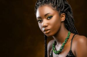 mulher negra com longas box braids