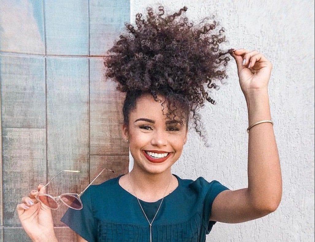 blogueira Ana Lídia Lopes com o penteado coque abacaxi