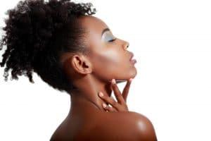 mulher negra com o penteado coque abacaxi