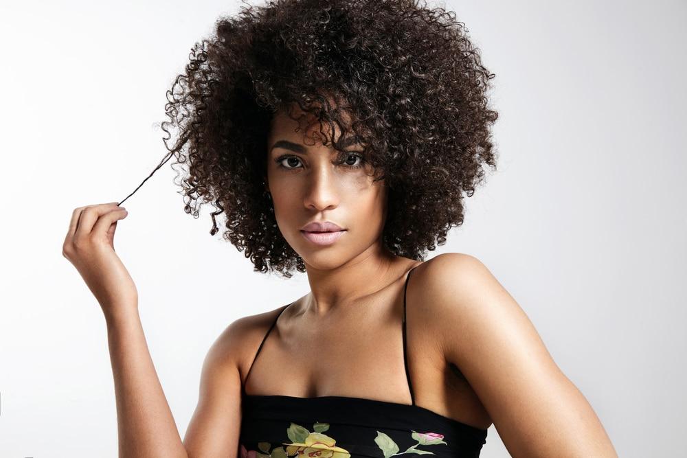 mulher negra com cabelos crespos e curtos