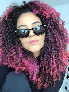 youtuber Lari Rezende com as pontas do cabelo cor de rosa