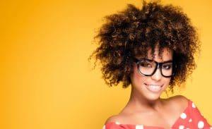 mulher com cabelos crespos curtinhos