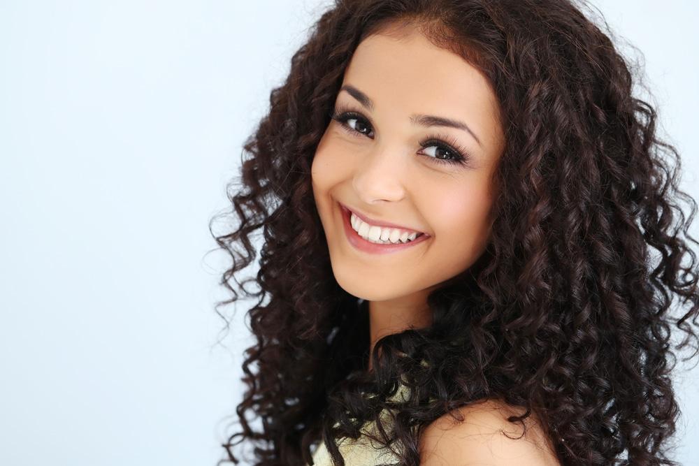 Mulher jovem com lindos cabelos cacheados e longos