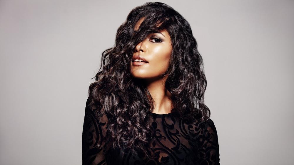 Mulher jovem com lindos cabelos ondulados e longos