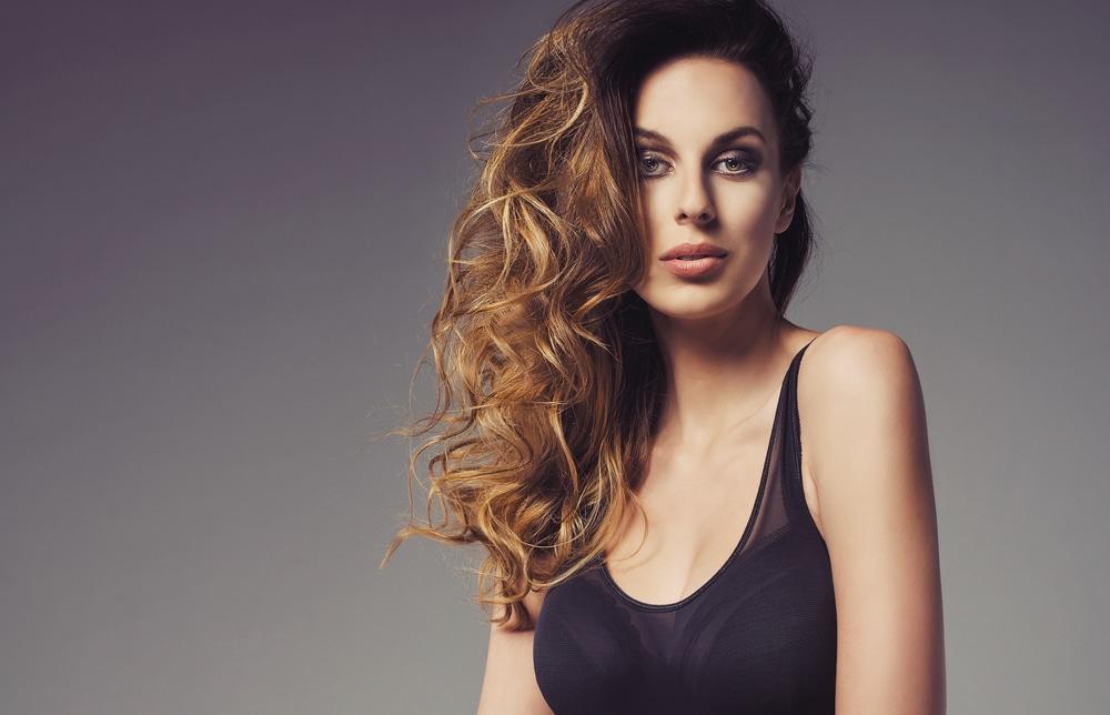 Mulher jo vem com longos cabelos ondulados
