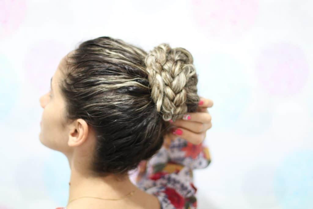 mulher com coque no cabelo