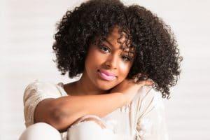 mulher negra com cabelos cacheados