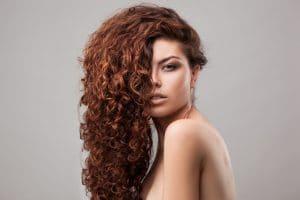 Mulher jovem com logos cabelos com corte em camada