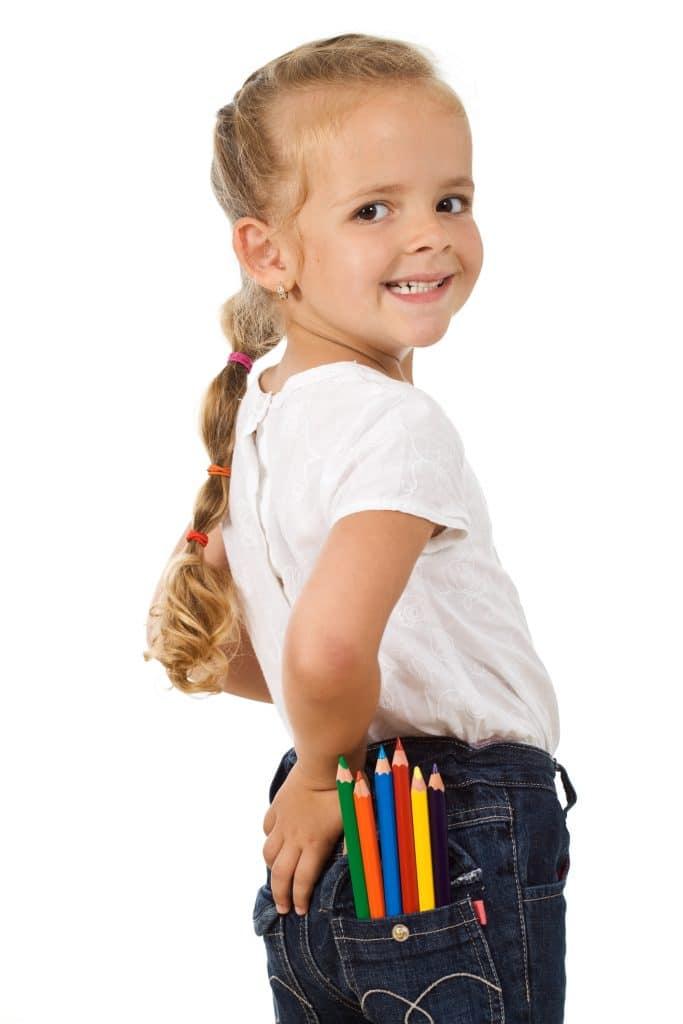 Criança loira com o cabelo com uma longa trança