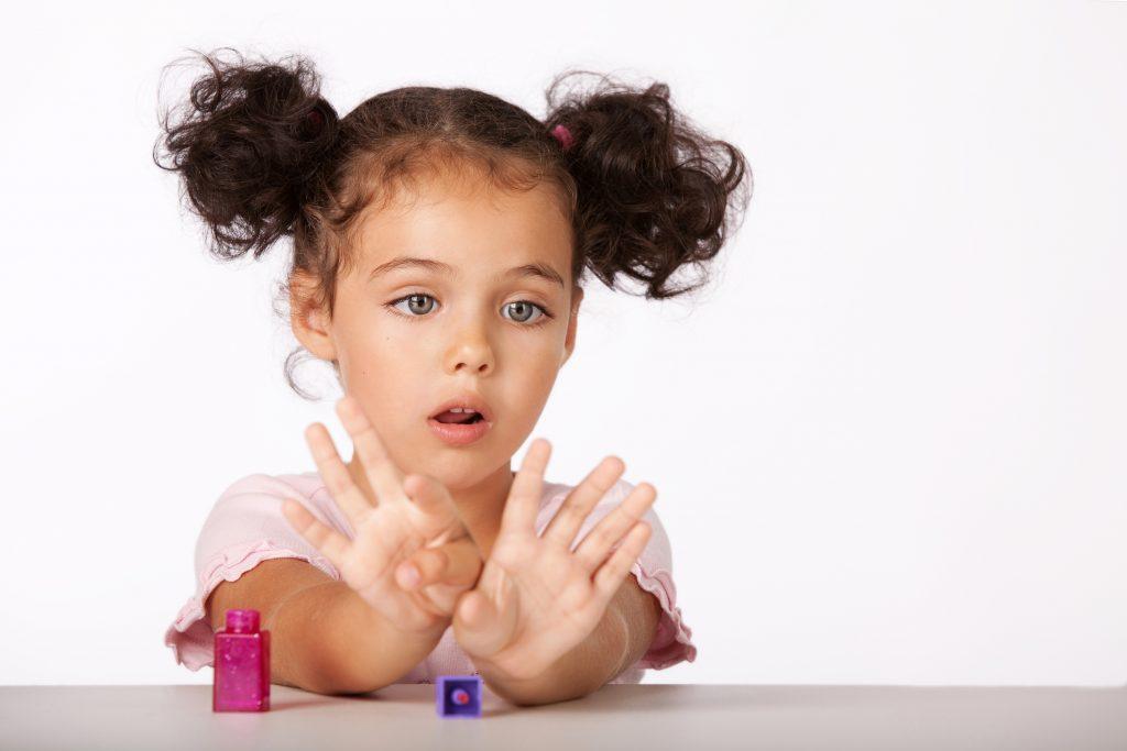 Criança com penteado infantil