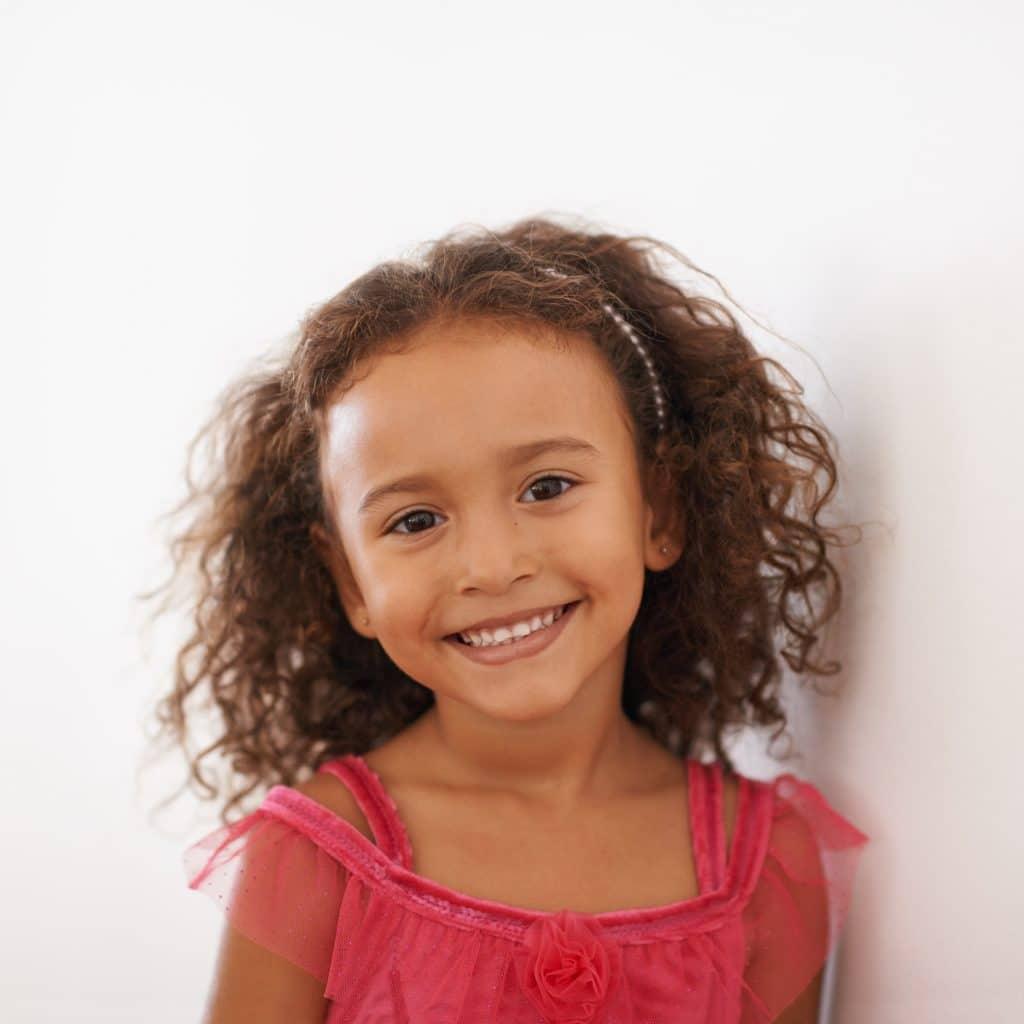 criança com penteado semi preso com tiara