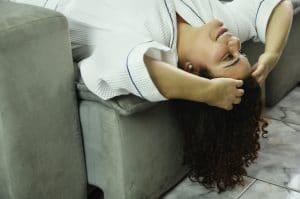 mulher com cabelo cacheado fazendo inversão capilar
