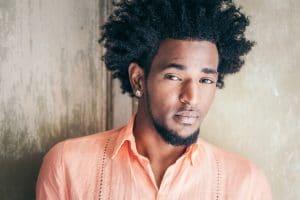 Rapaz negro com cabelos crespos texturizados com nudred