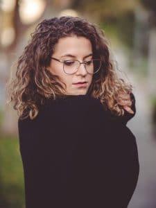 Mulher jovem com luzes em cabelo ondulado curto
