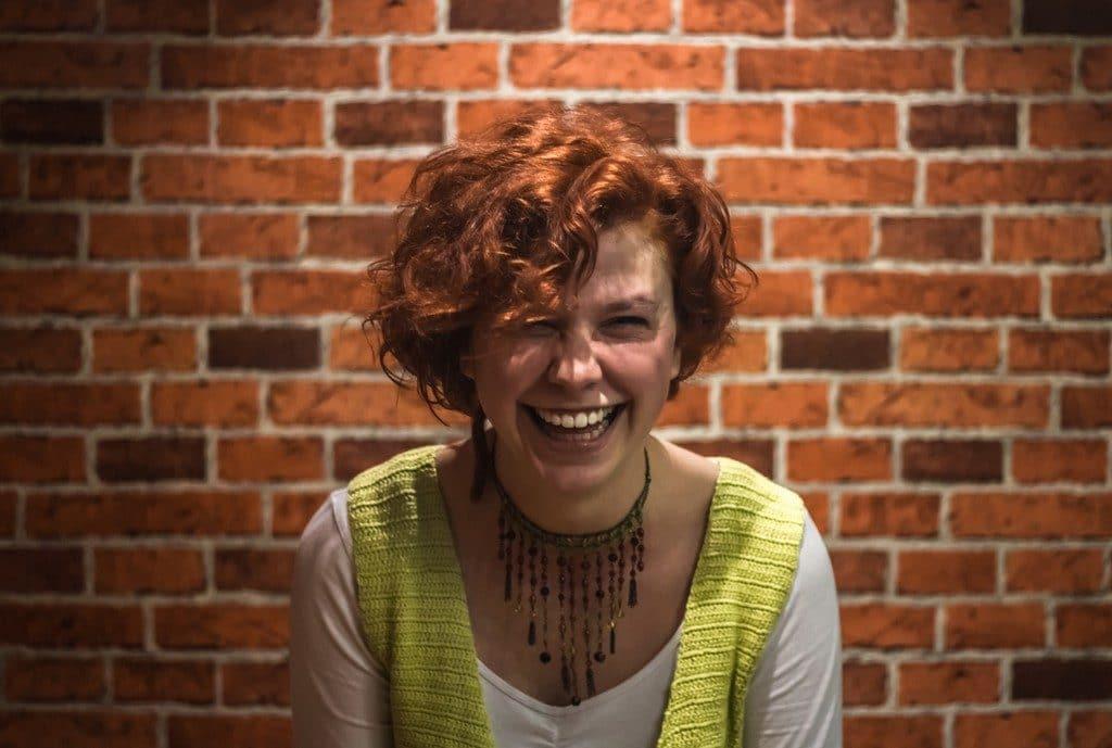 Mulher com cabelo ondulado, ruivo, médio