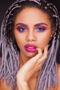 Mulher jovem com tranças lilás