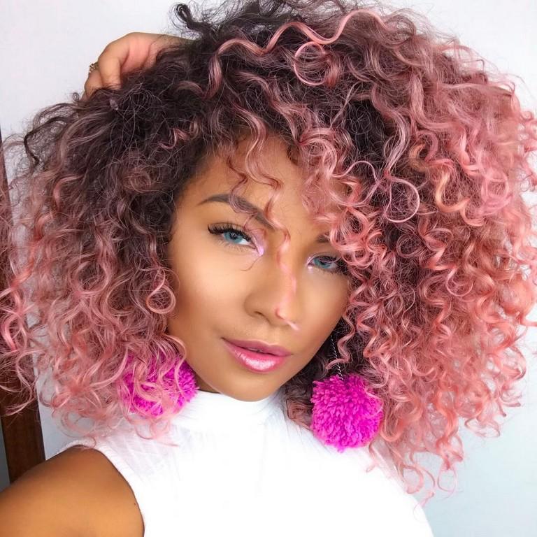 Carol Manprim com cabelo rosa