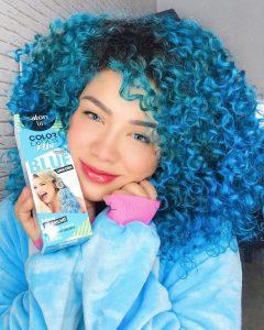 Carol Martins com cabelo azul