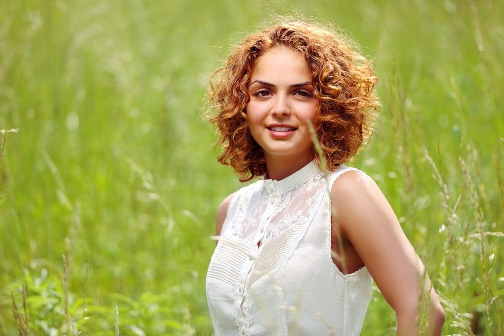 Mulher com cabelo ondulado e corte chanel