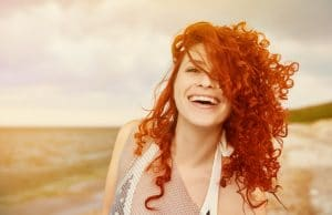Mulher com cabelo ondulado ruivo