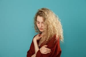 Mulher jovem com cabelo cacheado loiro