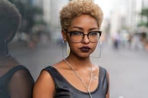 Mulher jovem com cabelo crespo loiro