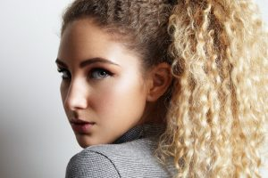 Mulher jovem com cabelo ondulado loiro